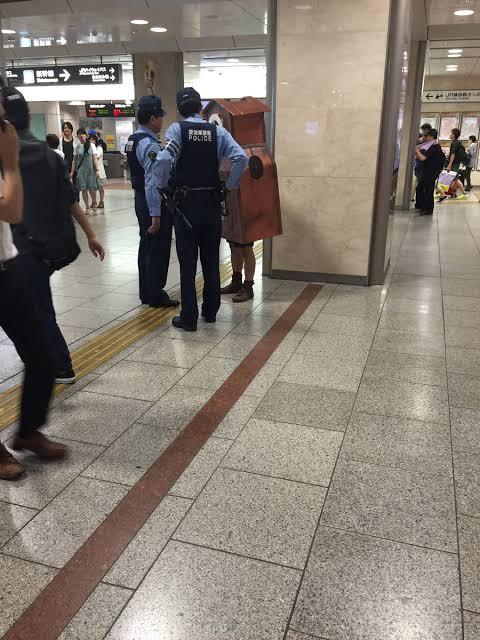 【ほっこりする光景!】駅で時計が職質される