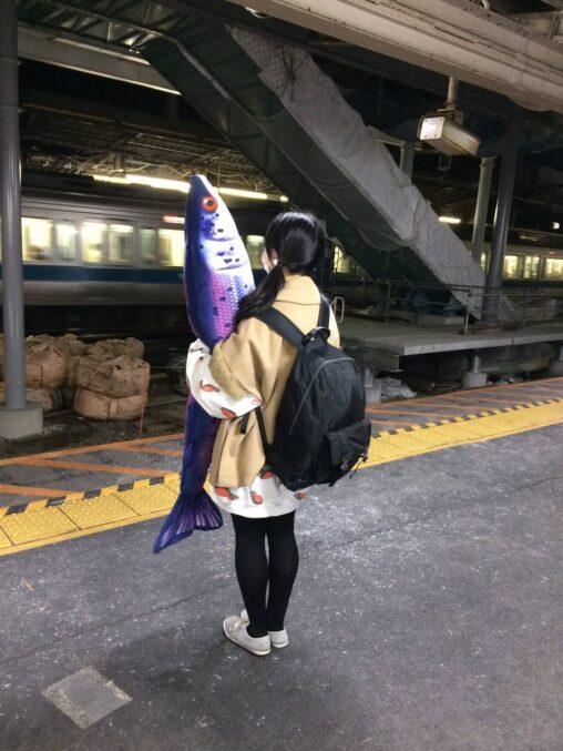 【鮭?】魚を抱えて立つ少女がコチラ
