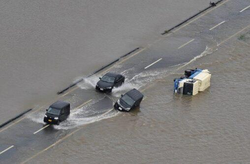 【我が道を進む!】大雨で冠水した中を突っ切る車が壮観