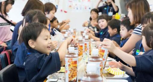 ファミマの子ども食堂、100円でご飯が食べられて商品補充などの職業体験までできると人気