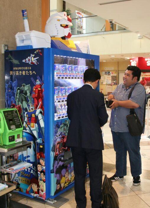 【おれはマシンに呑まれていたのか】ガンダムの缶コーヒー自販機登場!愛媛・松山