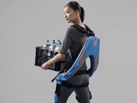 【労働技術】 ビックカメラ、業界初の10万円台を実現したアシストスーツ取り扱い開始