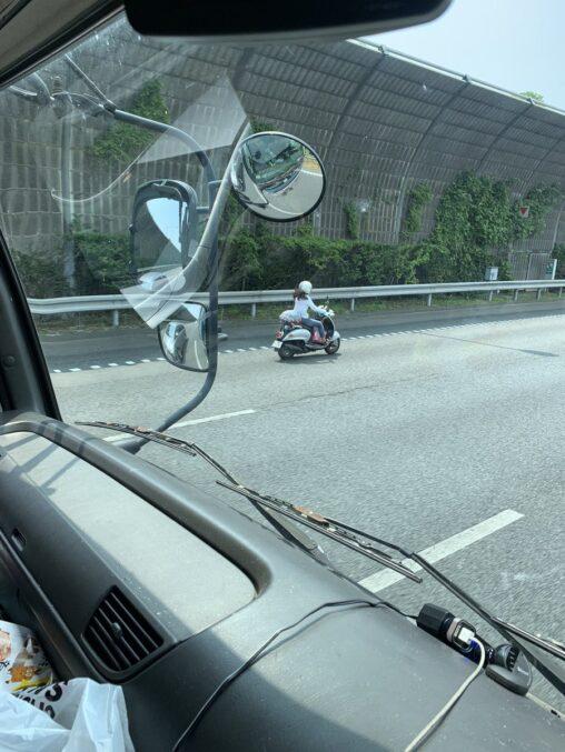 【東名でビーノが風を感じてた!】女さん、原付で高速道路を爆走