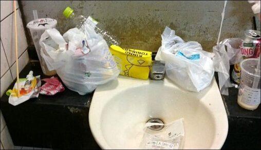外国人の観光スポットになってる公衆トイレ、利用者のマナーが悪くて汚すぎる「まるで廃墟のようだ」