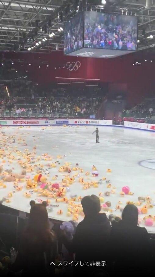 【回収大変】羽生結弦の演技が終わって大量のプーさんが投げ込まれる