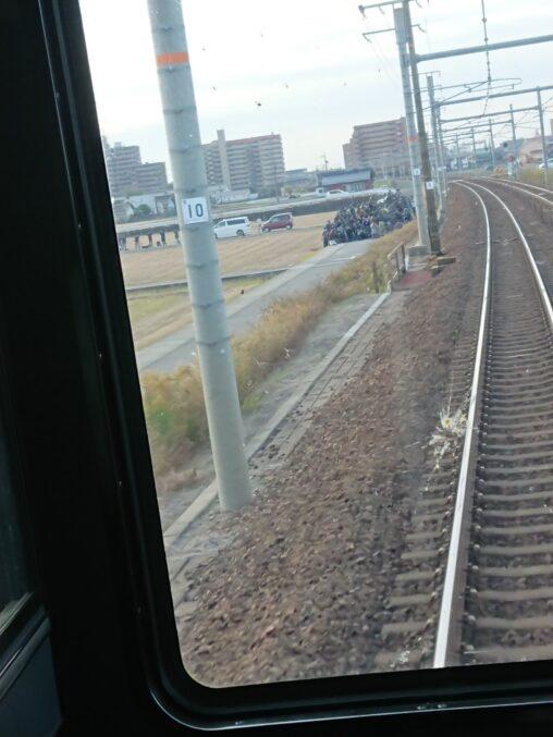 【ゴミの山】撮り鉄さん電車を撮りたいがため道路を完全封鎖してしまう