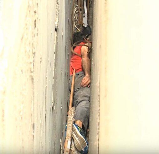 【恐怖】ビルとビルの隙間に挟まって出られなくなった男の動画がヤバイ / ボールを取ろうとして入る