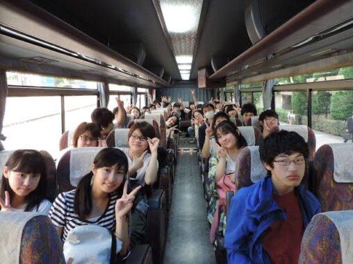 【隣空席】先生「みんな~写真撮るよ~!」(修学旅行バス内) 陰キャ「…」