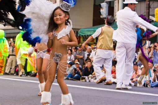 【金粉ショー?サンバ】女子小学生をこんな格好で踊らせていいんか?