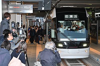 【ちんちん電車】富山市路面電車、南北直通運転始まる(賃賃)