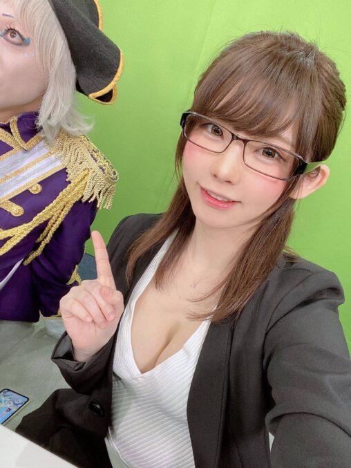 【ボロボロ】日本一のコスプレイヤーえなこ、爪を噛んでいた