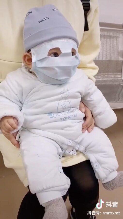 【かわいい?】中国人、赤ちゃんにもマスクを着用させ衛生意識の高さを見せつける