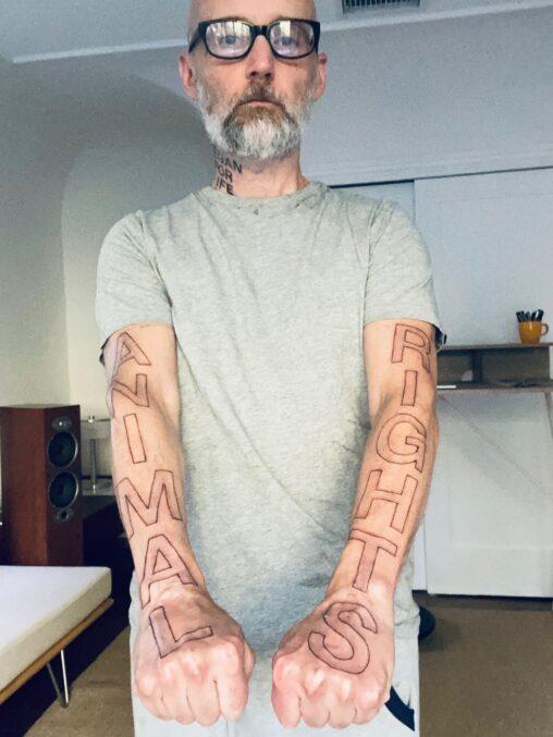 【権利活動家】32年間ヴィーガンを貫き通したアメリカ人、とんでもないタトゥーを彫ってしまう(画像)