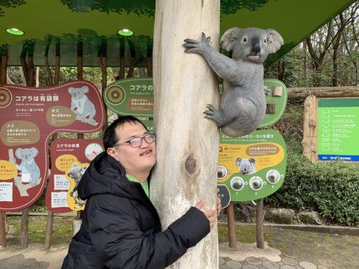 【迷惑行為?】オタクさん、アイドルが抱きついた木に抱きついて昇天