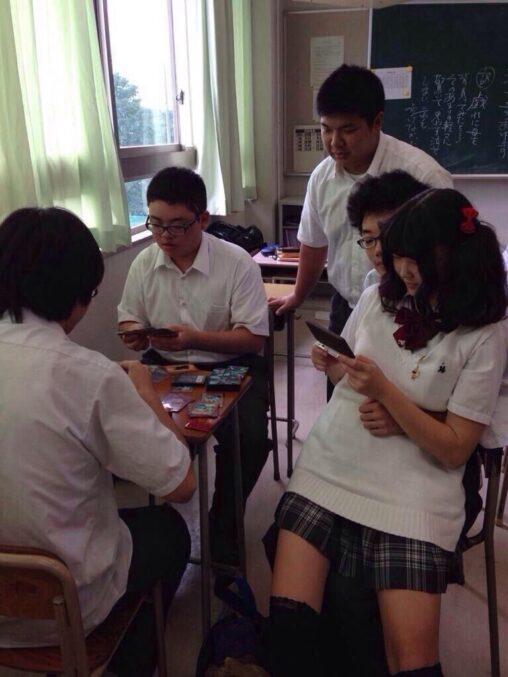 【これ陽キャ】陰キャさん、彼女を膝の上に乗せるも周りの友人はガン無視