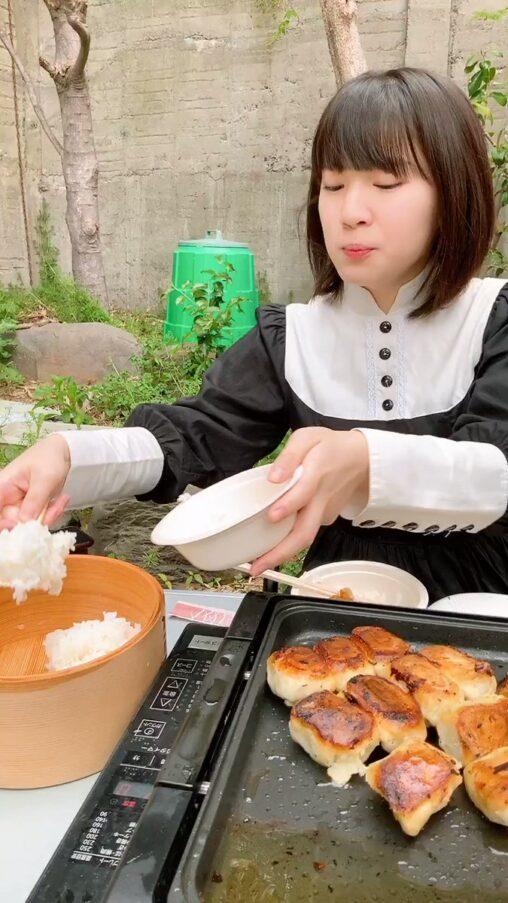 【おかずには合わないよな?】餃子でご飯食べる下品な女