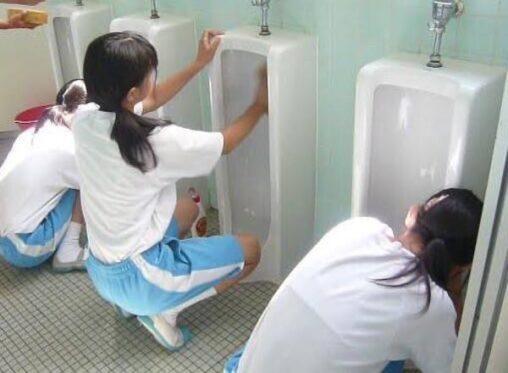 【日生学園かな?】女子中学生が男子トイレを掃除する画像を貼るスレ