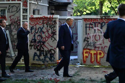 【トランプ】ホワイトハウス、デモで落書きされて茨城の公衆トイレみたいになる