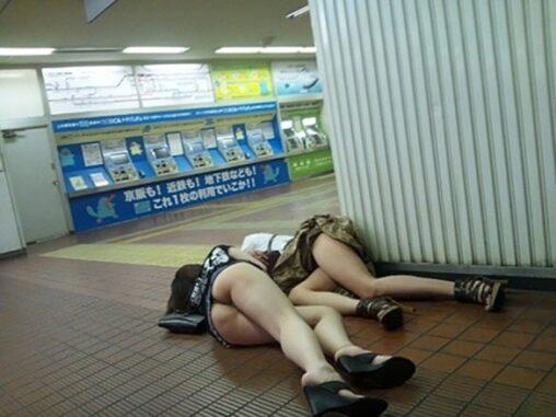 【危険物!警察に連絡】駅でHな落とし物が発見されてしまう