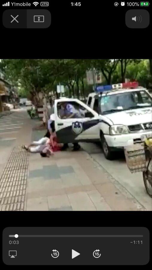 【子供は時に最大の防御!盾になる】警官さん、母親を地面にたたきつける