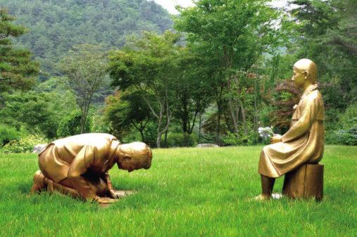 【永遠の贖罪】韓国、ついにやらかす。安倍が慰安婦に土下座する銅像を制作