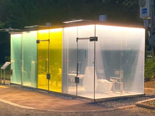 【外から丸見え】渋谷にマジックミラー号みたいなシースルー公衆トイレが爆誕