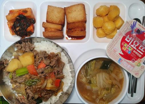 【キムチ臭い教室!】韓国の給食、ガチで美味しそう(給食費は無償)