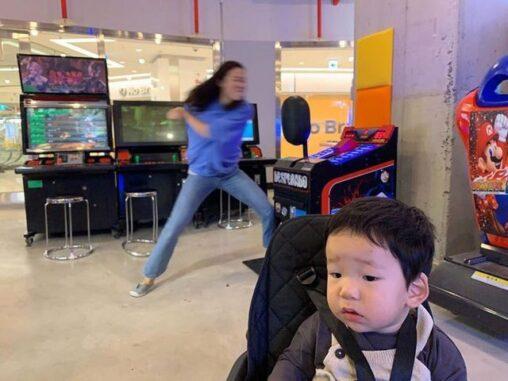 【韓国】女さん、子どもをほったらかしにしてゲーセンではしゃぐ