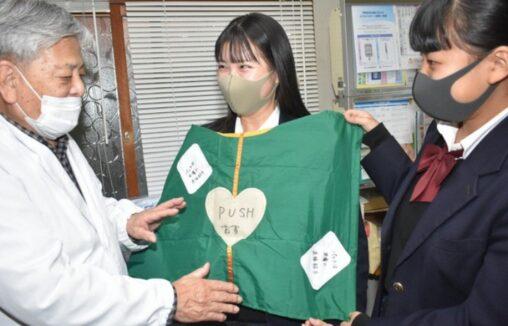 【中田】美人女子高生さん、AED使用時に上半身を覆うシートを作製!