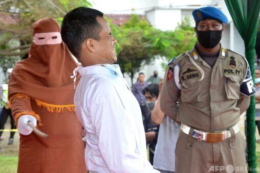 【画像】子どもをレイプした男に残酷なムチ打ちの刑が執行される  インドネシア