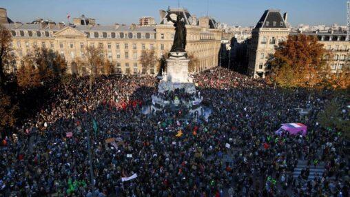 【画像】 フランス全土で50万人参加(主催者発表)の大規模デモ、デモ隊が放火や警官隊に衝突
