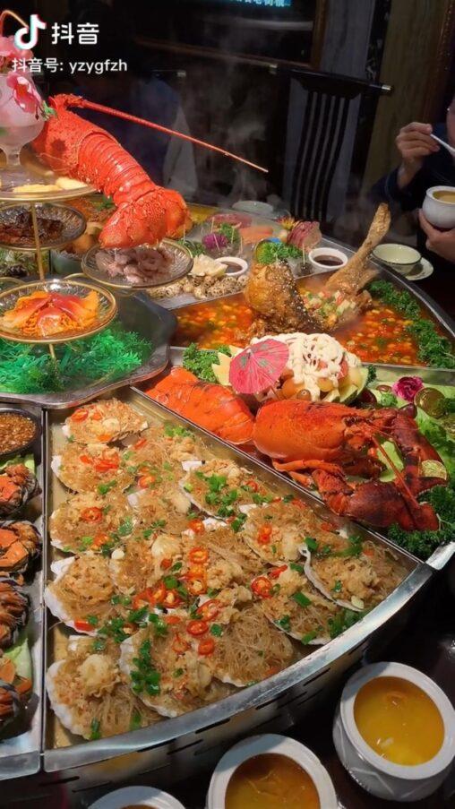 【画像】中国人の食卓、めちゃくちゃ豪華だったww これもう王の食卓だろ…