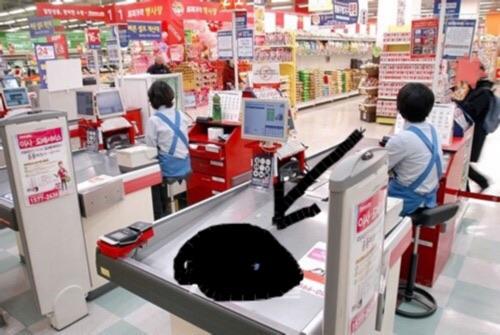 【衝撃のおもてなし!】韓国のレジの店員は椅子に座ってる