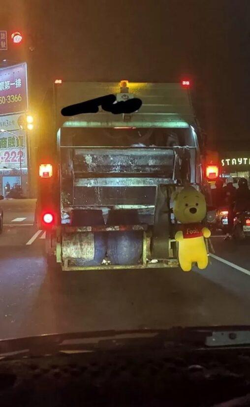 ゴミとして捨てられていた「くまのプーさん」清掃員が気に入ったため車に飾られる