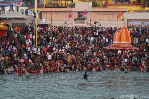 【画像】 ノーマスクの巡礼者数十万人がガンジス川で沐浴「インドはコロナに打ち勝った。心配ない」