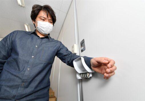 【便利グッズ】手で触らずにトイレのドアを開閉できる! 開発した大阪の町工場に注文相次ぐ