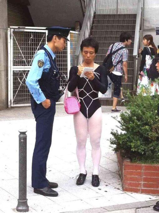 【平和】警察官「あー…お兄さんちょーっとお話聞かせてもらってもいいですかぁ?」通行人「はい?」