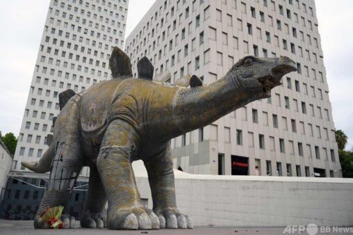 恐竜から男性の遺体発見される