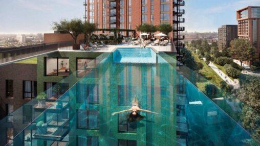 ビルとビルの間に作られた25メートルの透け透け空中プールが公開、日本ならAVメーカーが目を付けてるな