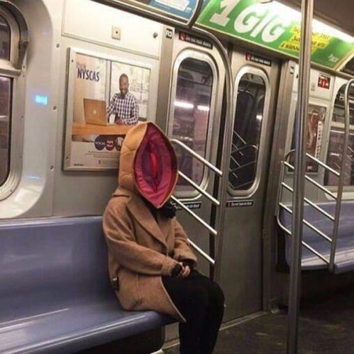 【卑猥!】マスクにもなるパーカー、発見される