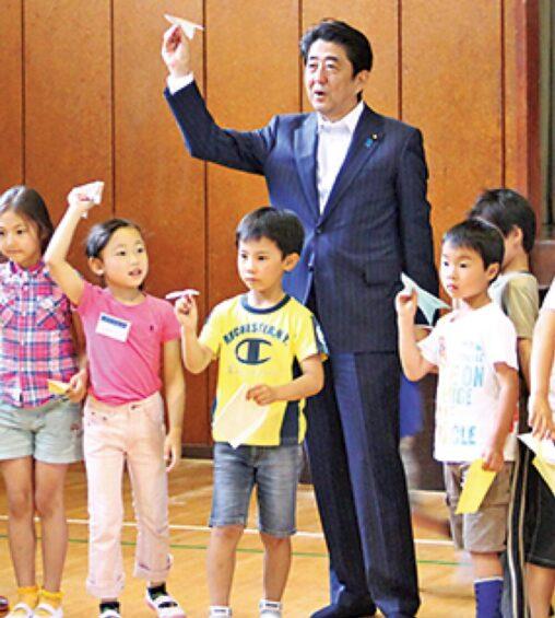 【童心】安倍晋三さんチビっ子たちと紙ヒコーキを飛ばして遊んでいる姿を撮られるパシャッ