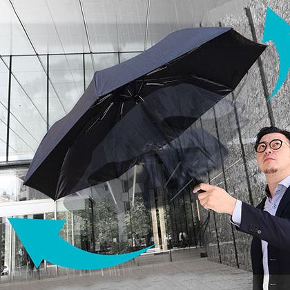 え!?お前らまだ傘を手で開いてんの?USB電動傘使ってないとか原始人か貧乏人だろ。