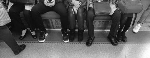 なぜ「男」は電車で股を大きく開くのか